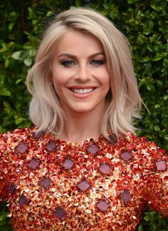 17 Chic and Eye-Catching Bob Hairstyles: Julianne Hough Bob Long Bob Hairstyles, Pretty Hairstyles, Trendy Haircuts, Bob Haircuts, Layer Haircuts, Funny Hairstyles, Summer Haircuts, Woman Hairstyles, Blonde Hairstyles