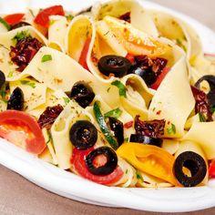 Wstążki makaronowe z pomidorami i oliwkami.