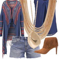 Short in jeans vissuti, blusa morbida, cardigan etnic a fantasia sui toni del blue, rossi, ocra con frange, tronchetti scamosciati color naturale con lunghe frange e collane dorate da indossare tutte insieme. Che dire? Wow!!