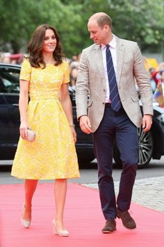 Kate Middleton wore a yellow lace Jenny Packham dress for an engagement in Heidelberg on the fourth day of the royal tour. Moda Kate Middleton, Looks Kate Middleton, Estilo Kate Middleton, Kate Middleton Prince William, Kate Middleton Photos, Prince William And Catherine, William Kate, Estilo Real, Duke And Duchess
