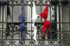 PHOTOS. Sans drapeau pour l'hommage national, ces Français ont opté pour le système D