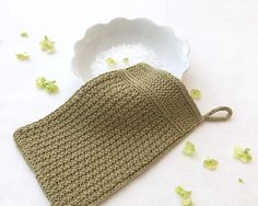 warm springs linen bath mitt designed by elizabeth doherty / in quince & co. sparrow, color little fern