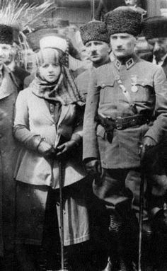 Atatürk and his wife Latife. Indian Hindi, Turkish People, Turkish Army, The Turk, Military Personnel, Great Leaders, I Want To Travel, Ottoman Empire, Historical Pictures