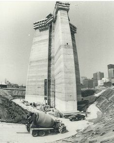 The CN Tower in Toronto today stands an impressive feet high. But this 1973 photograph shows the structure looking slightly less imposing Toronto Skyline, Downtown Toronto, Old Pictures, Old Photos, Rare Photos, Vintage Photos, Torre Cn, Toronto Cn Tower, Ovens