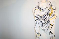 XXL DREIECKSTUCH & LOOP *SCHRIFTPRINT*GELB SCHWARZ von GOSTYLE® design aus Frankfurt am Main. Mit Liebe gemacht.  auf DaWanda.com