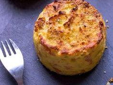 Τα παιδιά θα ξετρελαθούν με αυτη τη συνταγή και σεις μαζί! Είναι νόστιμα και πολύ ευκολά στη παρασκευή τους 1 κιλό πατάτες (κατά προτίμηση τριμμένες στον τρίφτη, ή πολύ ψιλοκομμένες) Υλικα 2 αυγά 1/3 φλιτζάνι κρέμα γάλακτος 1 φλιτζάνι τριμμένο τυρί τσένταρ γαλοπούλα ψιλοκομένη Εκτέλεση Βουτυρώνουμε