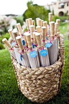 Obsequia sombrillas para el sol durante una ceremonia religiosa o una boda al aire libre | 7 ideas de recuerdos para bodas