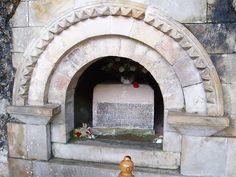 Tumba de Dom Pelayo,  primeiro rei de Asturias, situada en la Basílica de Covadonga, en Cangas de Onis, Asturias (España).