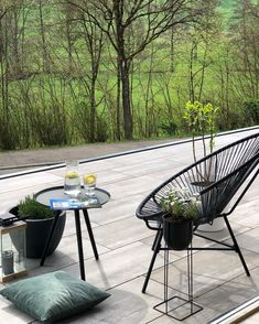 Discover black Acapulco outdoor chairs outside in the garden for a cozy moment. Outdoor Plastic Chairs, Outdoor Balcony, Outdoor Gardens, Outdoor Chairs, Outdoor Decor, Terrace Decor, Garden Chairs, Balcony Furniture, Outdoor Furniture Sets