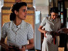 El tiempo entre costuras. Capítulo 3. Sira Quiroga vestido con círculos violetas