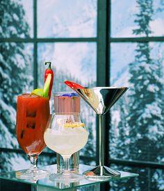 """Stoli Jalabarbinger: coquetel feito com vodca Stolichnaya quente, licor e """"bitter"""" de ruibarbo, licor de gengibre, e sucos de limão e maçã. Servido com um chili."""