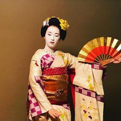 November 2016: maiko Ichiaya of Pontocho dancing with a folding fan by dskfkmr on Instagram
