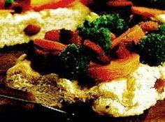 Receita de torta de brocolis e bacon - 1 xícara (chá) de leite, 1 tablete de fermento biológico, 1 colher (sopa) de açúcar, 4 xícaras (chá) de farinha de trigo peneirada, 2 colheres (sopa) de azeite de oliva, 3 xícaras (chá) de bacon em pedaços bem pequenos, 2 cenouras médias, 1 kg de brócolis, 1 colher (café) de cominho em pó, sal a gosto