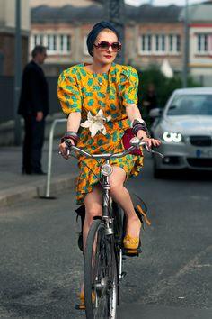 Catherine Baba streetstyle. Printed puff sleeve dress and fab turban.