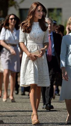 Kate's tour-drobe diary The Duchess of Cambridge's royal tour dresses, casual wear and accessories Kate Middleton visit the Royal Easter Show at Sydney Olympic Park during the twelfth day of their official tour to New Zealand and Australia Looks Kate Middleton, Estilo Kate Middleton, Kate Middleton Outfits, Pretty Summer Dresses, Cute Dresses, Spring Dresses, Casual Dresses For Women, Herzogin Von Cambridge, Stuart Weitzman