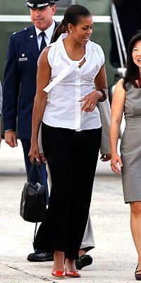 First Lady Michelle Obama casual and chic. Michelle Obama Flotus, Barrack And Michelle, Michelle Obama Fashion, Joe Biden, American First Ladies, American Women, American History, Native American, Ourfit