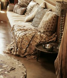 ⭐love that table,morrocan blanket,silver trinkets