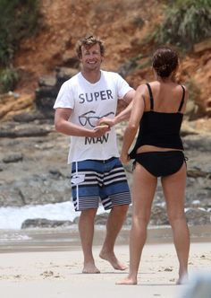 Simon Baker spends time with his family on the beach in Australia (Dec. 27) photo 217321 | celebshoots.com