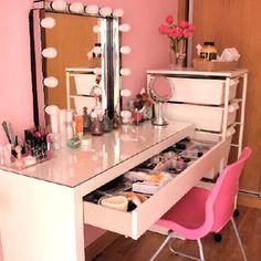 Chicas, voy a hacer algunos cambios en mi vestidor y vendo el tocador y juego de luces con espejo, si alguna esta interesada que me lo diga por privado o mail!!! me da penita quitarlo, pero como dicen, renovarse o morir jajajaja ¡besos guapas! #Padgram