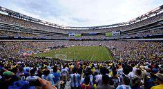 Ésto es un estadio para jugar deportes. Aquí, un equipo de Argentina ganó un partido de fútbol. Los aficionados son emocionados.