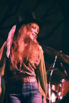beautiful Stevie ~ ღ☆❤☆ღ ~ onstage while performing with Fleetwood Mac not long after she and Lindz signed up with them as Stevie is wearing her own street clothes at this concert ~ wearing them with panache Lindsey Buckingham, Buckingham Nicks, Members Of Fleetwood Mac, Thats 70 Show, Stevie Nicks Fleetwood Mac, Stevie Nicks Young, Stevie Nicks 70s, Stephanie Lynn, My Sun And Stars