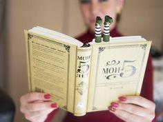 Marcador de livro pés personagem criado por Olena Mysnynk - MyBOOKmark;