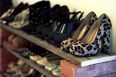 Easy DIY shoe shelves using wood slates and bricks. Add more bricks for a taller shelf. (Easily paint for prettier look)<<<OMG that's so clever. And so rustic. Shoe Shelf Diy, Shoe Shelves, Shoe Storage, Diy Shoe, Spring Cleaning Organization, Diy Organization, Shoe Display, Display Ideas, Tall Shelves