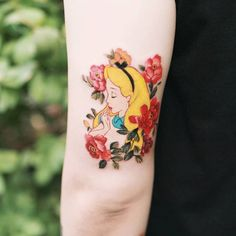 Floral Alice in Wonderland tattoo - Disney tattoo Up Tattoos, Time Tattoos, Future Tattoos, Sleeve Tattoos, Cool Tattoos, Tatoos, Cute Small Tattoos, Little Tattoos, Pretty Tattoos