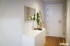 Piso en la calle Marina - Iloftyou Living Pequeños, Home Living Room, Zara Home, Apartment Interior, Interiores Design, Floating Nightstand, Small Spaces, Loft, Table
