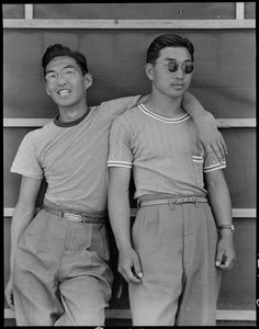 American college students of Japanese ancestry after having been forcibly moved to an internment camp and out of Sacramento, California, United States, photograph by Dorothea Lange. Moda Vintage, Vintage Men, Vintage Fashion, 1940s Fashion, Japan Fashion, Vintage Beauty, Dandy, Dorothea Lange Photography, Japanese American