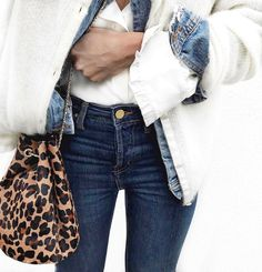 Ce printemps, on pense à réchauffer nos vestes en jean via un gilet tout doux (gilet Sézane - photo Audrey Lombard)