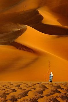 Be thirsty heart, seek forever without rest. Let this soundless longing hidden deep inside you be the source of every word you say. Desert Dream, Desert Life, Africa Nature, Deserts Of The World, Fun Deserts, Arabian Nights, Color Photography, Belle Photo, Beautiful World
