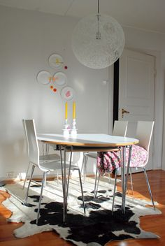 from an apartment we borrowed. Like the light in that picture! The furnitures are not ours. Modern Furniture, Home Furniture, Kitchen Dining, Dining Table, Table Manners, Dining Room Design, Home Kitchens, Maya, Sweet Home