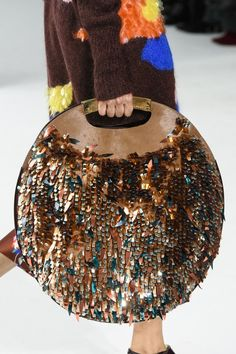 Delpozo at New York Fashion Week Fall 2017 Delpozo im New Yorker Herbst 2017 (Details) Fashion 2017, Fashion Bags, Fashion Accessories, Womens Fashion, Fashion Trends, New York Fashion Week 2017, Fashion Weeks, Fashion Details, Paris Fashion