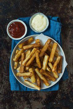 Opskrift: Pommes frites | Sådan gør du hjemmelavede pomfritter World Recipes, Dessert Recipes, Desserts, Chicken Wings, Carrots, Recipies, Snacks, Vegetables, Lush