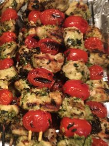 21 Day Fix Approved Chicken Pesto Kebobs. // 21 Day Fix // fitness // fitspo // workout // motivation // exercise // Meal Prep // diet // nutrition // Inspiration // fitfood // fitfam // clean eating // recipe // recipes Healthy Cooking, Healthy Eating, Healthy Recipes, Grilled Pesto Chicken, Bbq Chicken, Chicken Kabobs, Garlic Chicken, Grilling Recipes, Cooking Recipes