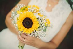 The result: Real wedding bouquet, sunflowers and babys breath. Photographer : Erica Gilbertson