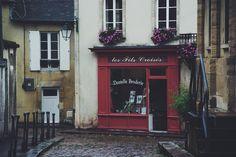 La mia idea della Francia è questa piccole e accoglienti botteghe nascosta in qualche via poco frequentata l'odore umido della pioggia l'aria fresca il colore delle pietre di vecchi edifici.  Le guance che cominciano ad arrossarsi per il primo freddo la sciarpa ed i capelli legati stretti per non farli scompigliare dal vento  _________________________  #nikonphotography #photography #lifestylephotography #normandie #bayeux #igers #france #savoirvivre #nikon #instamood