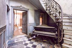 Visite du château Verdure abandonné alors que des travaux de réhabilitation avait débuté. Une entrée superbe composé d'un escalier et piano à queue