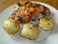 Фото к рецепту: Свинина, запеченная с овощами под соусом бешамель