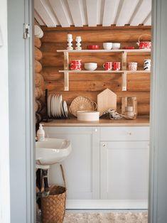 pyöröhirsimökki remontti keittiö Cabin Interior Design, Cabin Kitchens, Log Cabin Homes, Cottage Interiors, Cozy Cottage, Interior Inspiration, Kitchen Design, House Plans, Home Decor