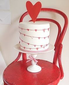 Valentine's day cake -- red heart cake topper and strings of hearts around the cake Valentine Desserts, Valentines Day Cakes, Happy Valentines Day, Valentine Party, Pretty Cakes, Cute Cakes, Beautiful Cakes, Sweet Cakes, Gateaux Cake