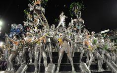 Carro com Freddie Mercuries prateados ilumina desfile da Mocidade Independente de Padre Miguel