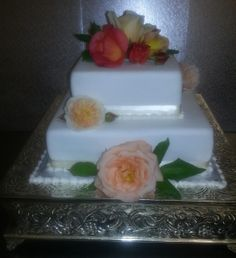 Proper Aussie wedding cake made by ze French *so cute*