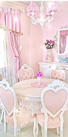 Shabby Chic Dining Room With Pink Table and Heart Chairs. Shabby Chic Bedrooms, Shabby Chic Homes, Shabby Chic Decor, Shabby Chic Kitchen, Bedroom Vintage, Vintage Kitchen, Table Rose, Pink Table, Rose Shabby Chic