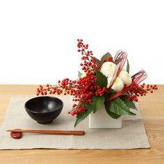 Japanese New Year table setting Ikebana Arrangements, Floral Arrangements, Green Flowers, Love Flowers, Beautiful Flowers, Japanese New Year, Art Asiatique, Christmas Arrangements, Beautiful Flower Arrangements