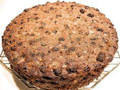 Dit amandel-appelbrood is een prima (zoet) recept voor ontbijt, lunch of tussendoor. Of serveer het als een gezonde variant van een verjaardagstaart/cake. Het is geheel gluten-, zuivel- en (geraffineerd) suikervrij! Dit heb je nodig 300 gram amandelmeel 100 gram walnoten 100 gram gedroogde abrikozen 100 gram roomboter een flinke handvol rozijnen 2 appels 3 eieren …