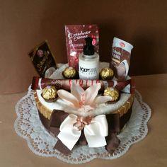 Schoko-Vanille Torte * für Schokoliebhaber bei dieser Torte sind gleich 3 Geschenke beinhaltet..... Handtücher die man immer brauchen kann Pflegeprodukte sowie viel Naschereien...