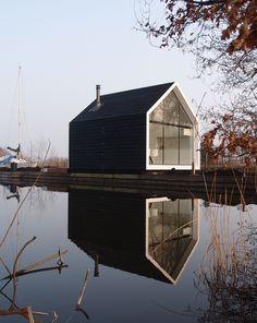 Op een fantastische locatie aan de Loosdrechtse Plassen bij Breukelen is begin 2012 een compacte recreatiewoning opgeleverd naar ontwerp van 2by4-architects. Het landschap bestaat hier uit lange sm…