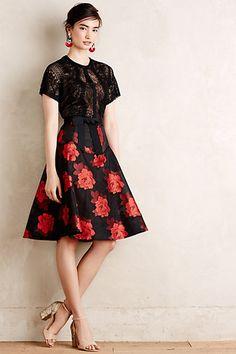 Este vestido es una nueva version de la moda de los bailadores flamencos. Pienso que la falda tiene un longitud apropriado tambien.
